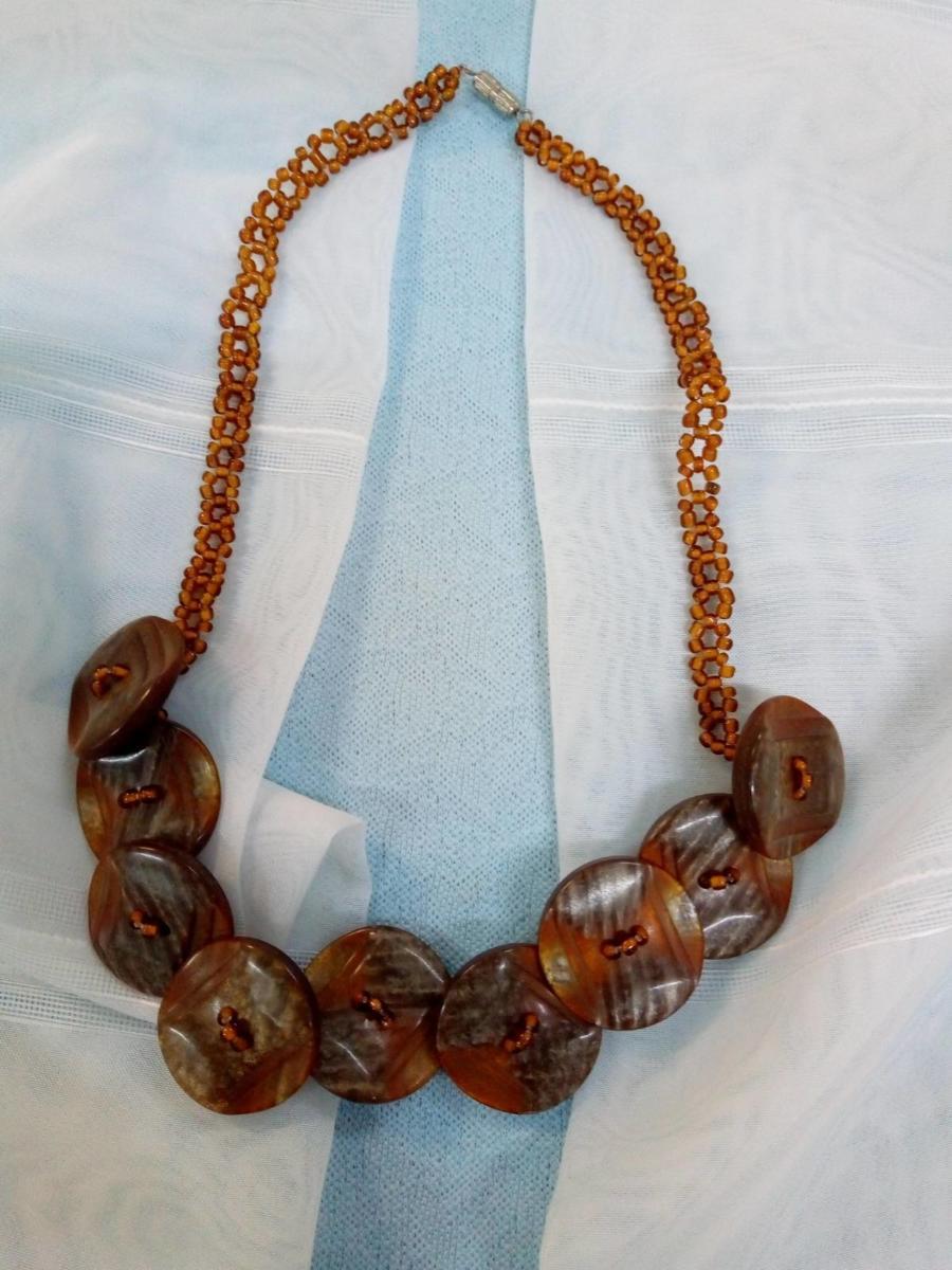Ожерелье из пуговиц, Дела Милана, 8 лет
